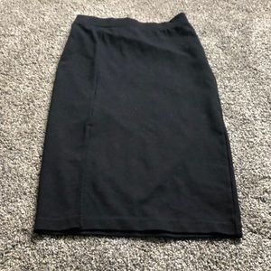 Basic pencil skirt with small slit infront
